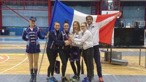 Alice monte sur la 2ème marche du podium avec ses coéquipière de l'équipe de France